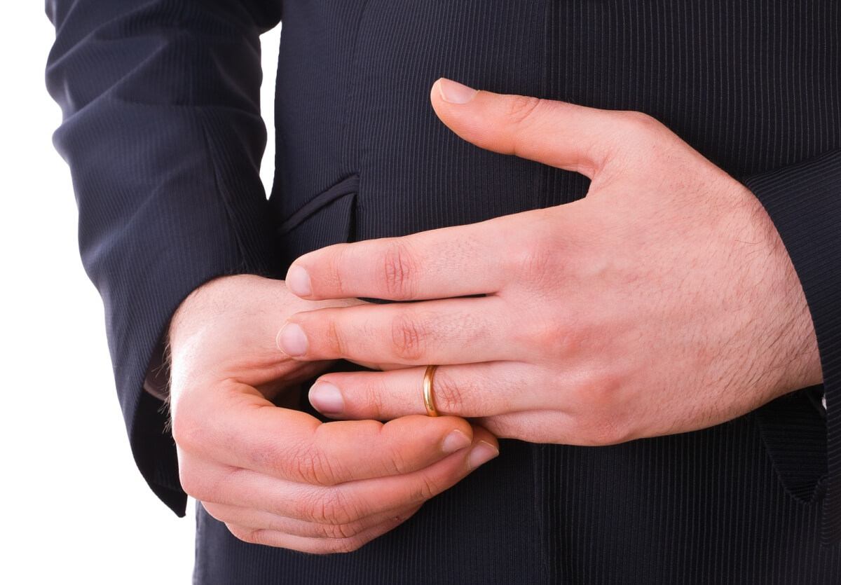 浮気相手のために結婚指輪を外す旦那